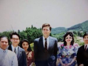 25年前、アメリカ大統領候補のジェブ・ブッシュ氏夫妻と。左から2番目が梅津